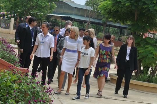 Phu nhân Phó Tổng thống thăm khu học tập