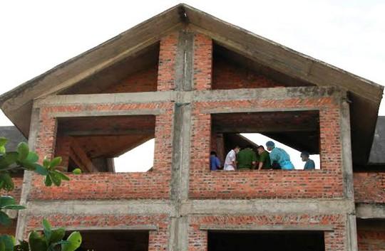 Lực lượng chức năng đang khám nghiệm hiện trường trên tầng 3 của căn biệt thự bỏ hoang