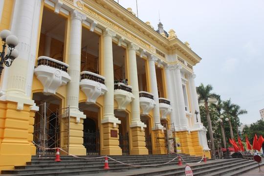 Màu vàng quá sặc sỡ khiến không ít người dân bất ngờ với công trình kiến trúc cổ kính