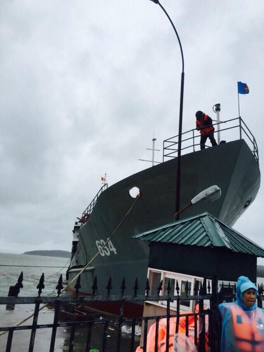 Chiếc tàu quân sự đầu tiên tới đảo