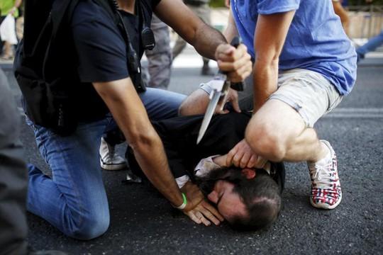 Nghi phạm Yishai Schlissel bị khống chế. Ảnh: Reuters