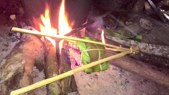 Gói thịt được nướng trên than hồng
