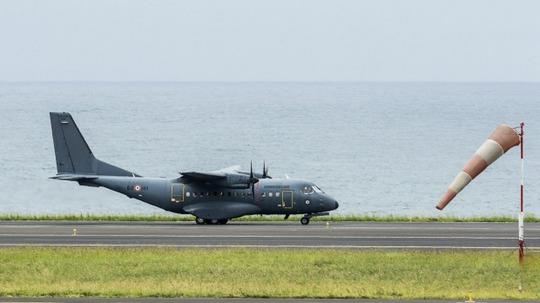 Máy bay Pháp chuẩn bị tìm kiếm ngoài khơi đảo Reunion. Ảnh: AP