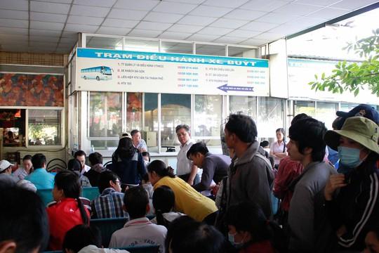Nhiều người cho biết họ đến từ sáng sớm để xếp hàng mua vé nhưng phải đến 6 giờ sáng các hãng xe này mới tiến hành phát số thứ tự.