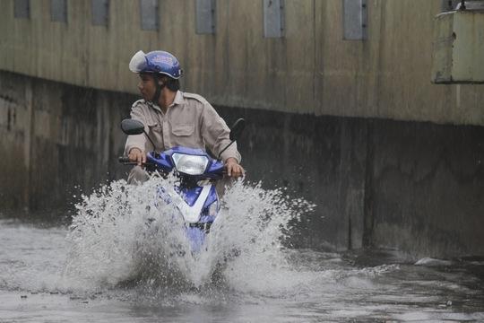Nước ngập sâu hơn nửa bánh xe làm nhiều người cảm thấy ngán ngẫm. Ảnh: Chiến Quốc