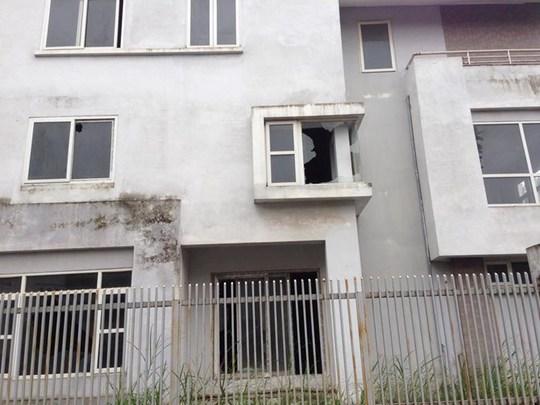 Tường nhà đã ố mốc, xuống cấp nghiêm trọng, bên trong cỏ mọc lút đầu