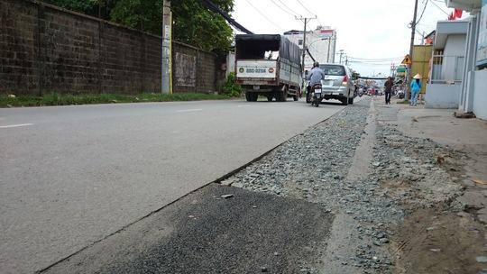 Một phần đường Đỗ Xuân Hợp sau thi công chỉ được trải đá dăm lởm chởm và sơ sài