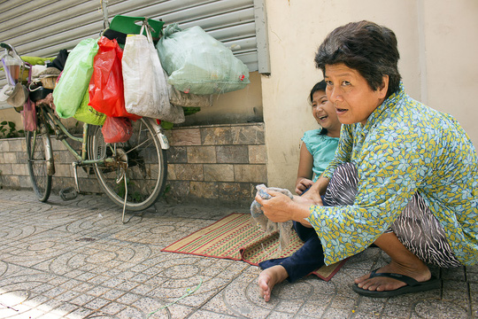 Bà Mai chăm sóc con gái lớn Khưu Thị Ái My (12 tuổi) bị bại não bẩm sinh trong lúc đợi Huỳnh Giao tan học