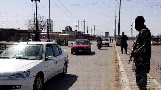 Các tay súng IS canh gác tại Tikrit ngày 2-3. Ảnh: BBC