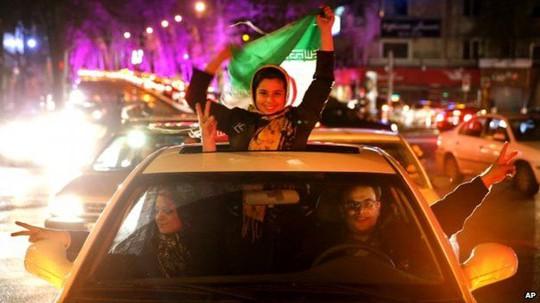 Người dân Iran ăn mừng sau thỏa thuận đạt được. Ảnh: AP