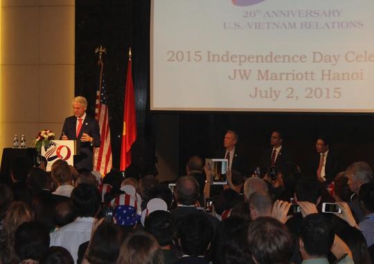 Cựu tổng thống Mỹ Bill Clinton phát biểu tại lễ chào mừng 20 năm bình thường hóa quan hệ ngoại giao giữa Việt Nam - Mỹ