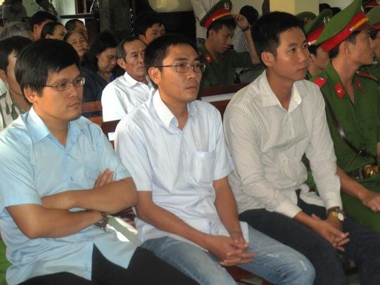 3 bị cáo Quang, Mẫn, Huy (từ trái sang) được chị Tâm viết giấy bãi nại