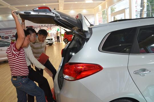 Khách hàng tham quan tại triển lãm ô tô ở TP HCM Ảnh: TẤN THẠNH