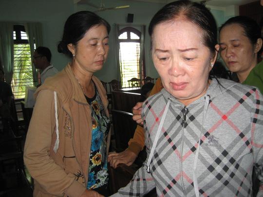 Bị cáo Trần Thị Phương khóc nức nở sau khi tòa tuyên án