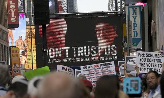 Người biểu tình phản đối gỡ bỏ lệnh trừng phạt với Iran. Ảnh: Reuters