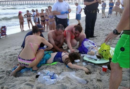 Thiếu nữ được sơ cứu trước khi đến bệnh viện. Ảnh: WNCN