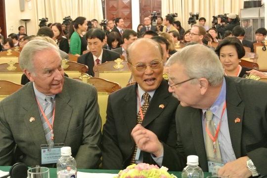 Từ trái qua: Đại sứ Mỹ đầu tiên của Mỹ tại Việt Nam Pete Peterson và Đại sứ Việt Nam đầu tiên tại Mỹ Lê Văn Bàng, cựu Đại sứ Mỹ tại Việt Nam Michael Michalak trò chuyện thân mật trước khi hội thảo diễn ra