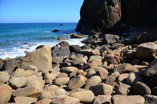 Hoài Nhơn có nhiều gành đá hoang sơ vắng dấu chân người