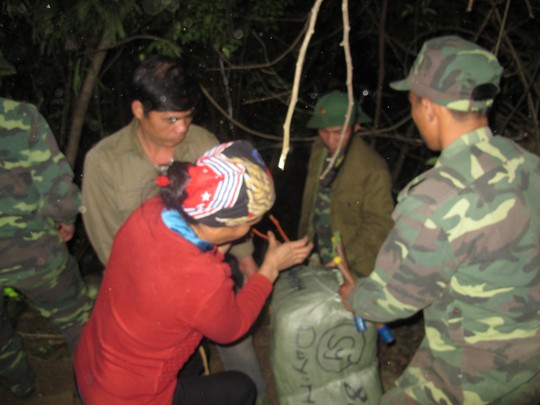 Bộ đội biên phòng Đồn Tân Thanh, tỉnh Lạng Sơn bắt giữ vụ vận chuyển hàng lậu qua biên giới. Ảnh: Văn Duẩn