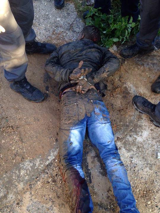 Nghi phạm bị bắn vào chân và bị cảnh sát bắt giữ. Ảnh: Twitter