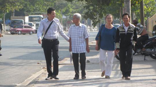 Các luật sư cùng ông Truyện rất vui mừng khi cơ quan điều tra tiếp nhận đơn xin bào chữa cho Huỳnh Văn Nén (từ trái qua: Luật sư Nguyễn Văn Quynh, ông Truyện, Luật sư Lê Thị Minh Nhân và Luật sư Nguyễn Công Út).