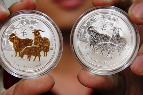 Đồng xu mạ vàng thật (trái) giá 3 triệu đồng và đồng xu làng bằng đồng mạ bạc (phải) giá 1,5 triệu đồng.