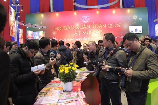 Các phóng viên báo chí chuẩn bị tác nghiệp trước giờ khai mạc Hội báo Xuân Ất Mùi 2015