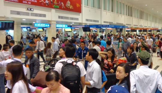 Hành khách chờ làm thủ tục ở sân bay Tân Sơn Nhất