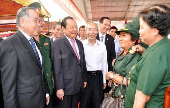 Ủy viên Bộ Chính trị, Bí thư Thành ủy TP HCM Lê Thanh Hải (thứ 3 từ trái sang) gặp gỡ các đại biểu tham dự buổi họp mặt  Ảnh: chinhphu.vn