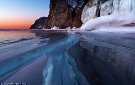 Nhiếp ảnh gia cho biết thêm các vết nứt xuất hiện dày đặc trên hồ Baikal ở Siberia, một vài đường chạy dài từ bên này sang bên kia bờ hồ.