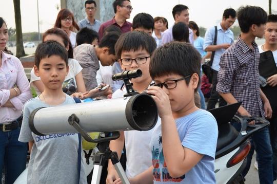 Rất đông trẻ em đến cùng gia đình tỏ ra tò mò với hiện tượng trăng máu