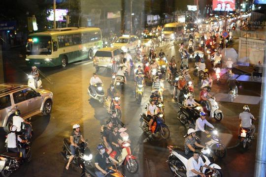 Đến khoảng 20 giờ 15 phút, các phương tiện giảm dần, giao thông qua các tuyến đường đã thông thoáng