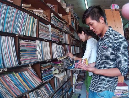 Bạn Hoàng sinh viên năm 2 trường Đại học sư phạm Kỹ thuật TP HCM cho biết vừa học xong bên trường là em ghé qua hiệu sách để tìm những quyển sách để đọc khi rảnh rỗi