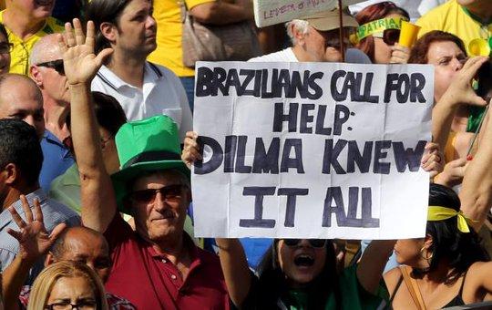 Người dân Brazil cho rằng Tổng thống Dilma Rousse biết về vụ tham nhũng trong Công ty Dầu khí Quốc gia Petrobras nên đòi luận tội bà. Ảnh: Reuters