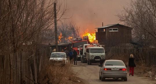 Xe chữa cháy được huy động nhưng không khống chế được ngọn lửa trên diện rộng. Ảnh: Sputnik News