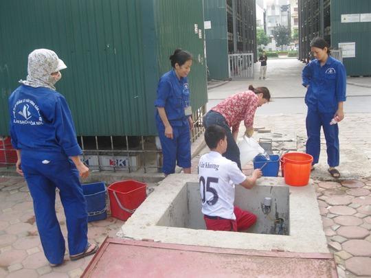 Các công nhân vệ sinh phải lấy nước chiều hôm nay để dự trữ nước cho ngày mai