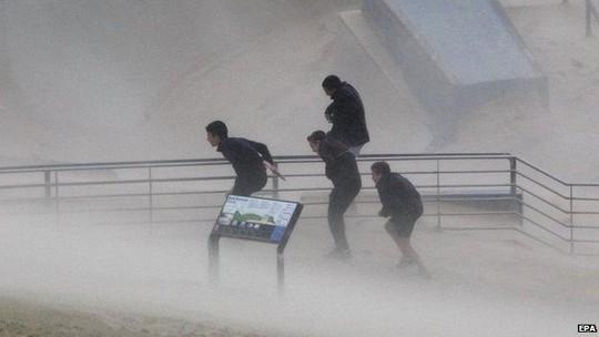 Bão lớn kèm mưa và gió mạnh gây ra lũ lụt. Ảnh: EPA