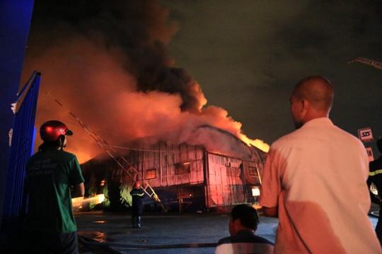 Người dân trắng đêm theo dõi vụ hỏa hoạn