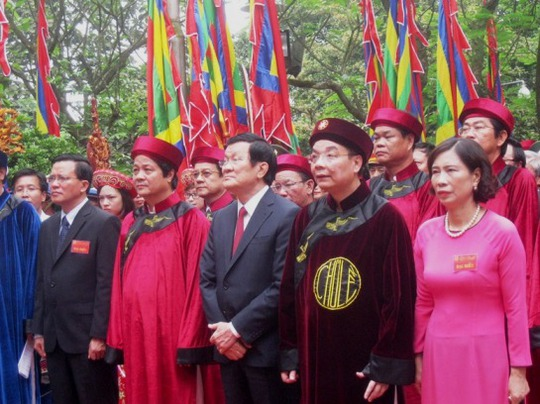 Chủ tịch nước Trương Tấn Sang cùng các vị lãnh đạo Đảng, Nhà nước, tỉnh Phú Thọ... làm lễ dâng hương tại Đền Thượng