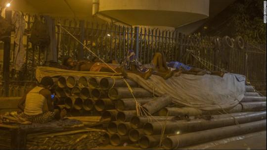 Không khí oi bức ngay cả ban đêm. Ảnh: CNN