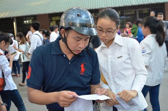 Nhiều thí sinh đến địa điểm thi sớm, tranh thủ ôn lại kiến thức