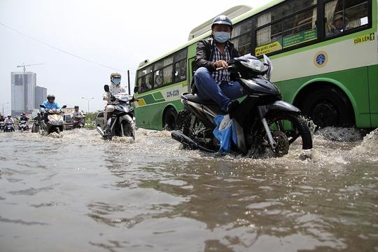 Bên hông cầu Nguyễn Hữu Cảnh (quận Bình Thạnh) cũng nằmtrong tình trạng tương tự.Nước ngập khoảng 40 cm khiến nhiều xe cộ qua đoạn đường này chết máy.