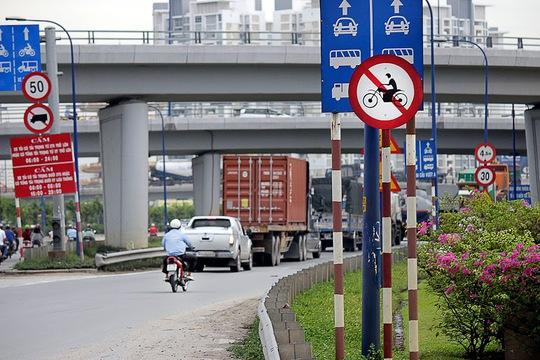 Bất chấp nguy hiểm, nhiều xe máy vẫn lên cầu vượt Cát Lái