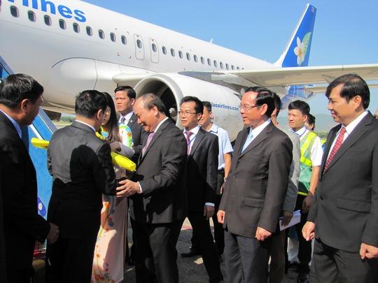 Phó thủ tướng Nguyễn Xuân Phúc tặng hoa cho thủ tướng Thoong-xinh Thăm-ma-vông