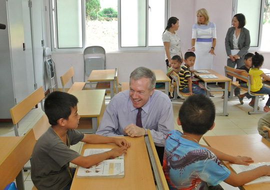 Đại sứ Mỹ tại Việt Nam Ted Osius trò chuyện với các em nhỏ trong lớp học