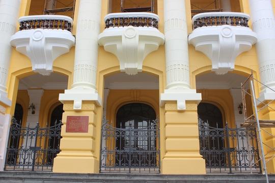 Mặt tiền của ngôi nhà màu sắc quá sặc sỡ nhiều người cho rằng không nên làm như thế một di tích tầm cỡ cấp quốc gia