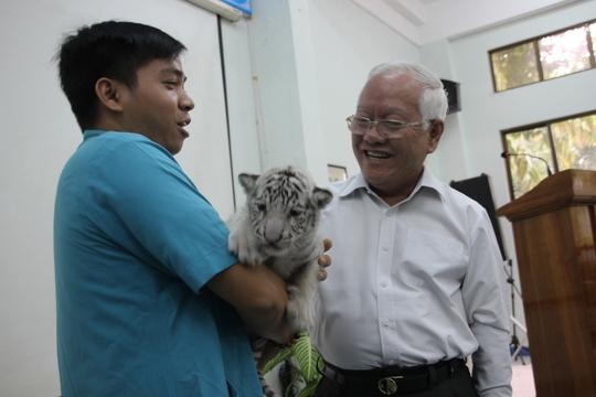 UBND TP HCM khen thưởng Thảo Cầm Viên khi nhân giống thành công loài hổ trắng quý hiếm.