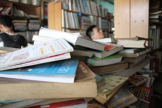 Tuy nhiên có thể thấy được suốt một tuần qua, được sự giúp đỡ của các bạn trẻ những người yêu sách, lượng sách tại cửa hiệu của ông đã giảm đi khá đáng kể