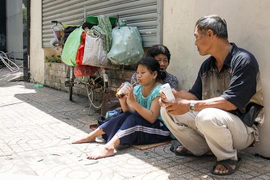 Bà Mai trò chuyện cùng với các phụ huynh cũng đang chờ con tan học