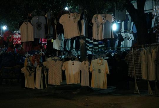 Choáng với chợ quần áo... trên cây!
